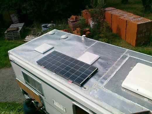Solární panel na střeše karavanu