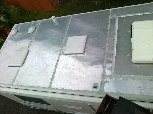Před instalací solárního panelu na karavan je potřeba najít vhodné umístnění