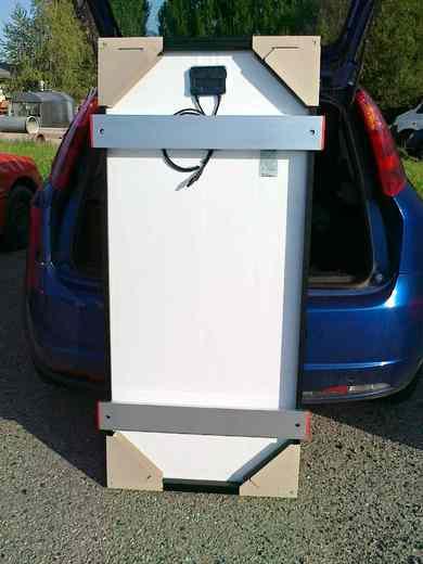 Upravený solární panel připravený k připevnění na střechu karavanu